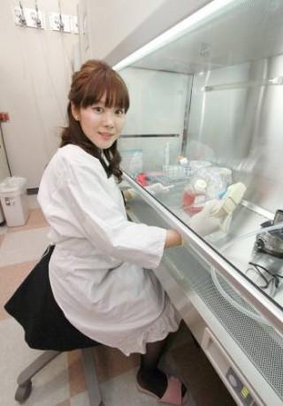 지난해 1월 30일 'STAP 세포'를 만들었다며 '네이처'에 논문을 발표한 직후 오보카타 하루코 박사가 실험대 앞에서 포즈를 취했다.  - 동아일보DB 제공